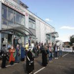 Nach dem Gebet versammelten sich alle vor der Moschee